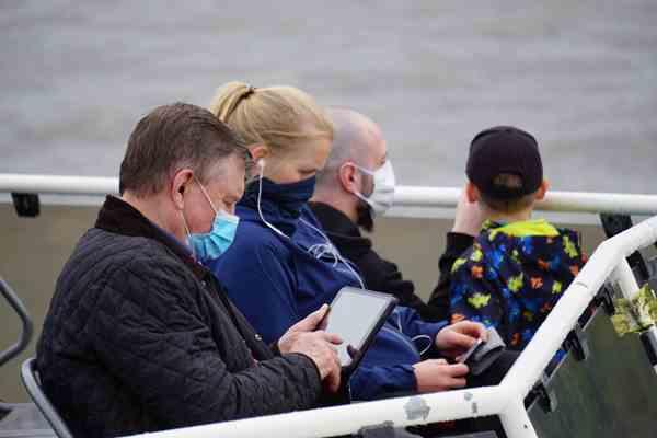 Turistas em tour em barco sob um Rio